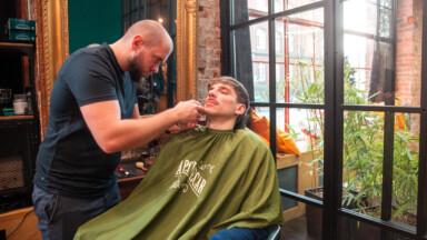 Łukasz Lubaczewski podczas stylizacji wąsa